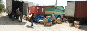 Ein Container mit Hilfsgütern für die Heime der HKH wird in Port-au-Prince entladen