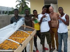 Hier nun der Trockner in Produktion mit Mangos. Es freut mich, dass sie gleich angefangen haben.