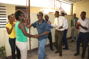 Nach der Zeremonie wurde getanzt. Hier tanzt Hérold Toussaint zur großen Freude der Jugendlichen mit Phébée