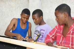 Drei Jungs beim Bau eines Solartrockners